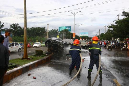 Tai nạn liên hoàn, xe tải bốc cháy dữ dội - Ảnh 1.