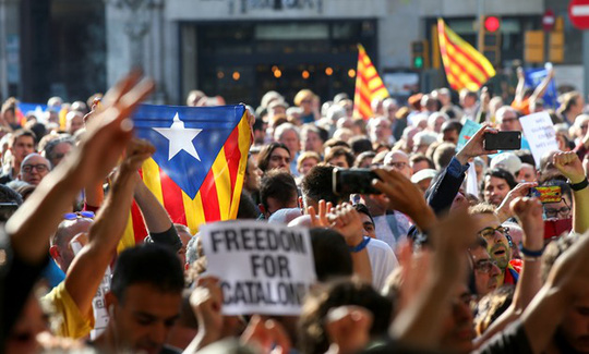 Chính phủ Tây Ban Nha dịu giọng với người xứ Catalonia - Ảnh 1.