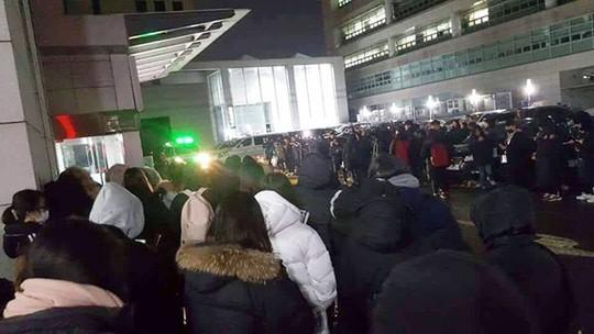 Người hâm mộ khóc tiễn biệt sao trẻ nhóm SHINee - Ảnh 8.