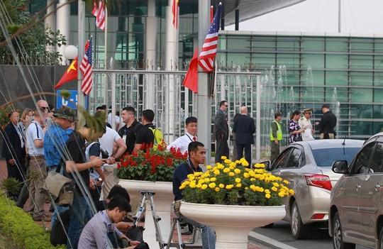 An ninh Việt Nam, Mỹ tất bật trước giờ Không lực Một chở ông Donald Trump hạ cánh - Ảnh 2.