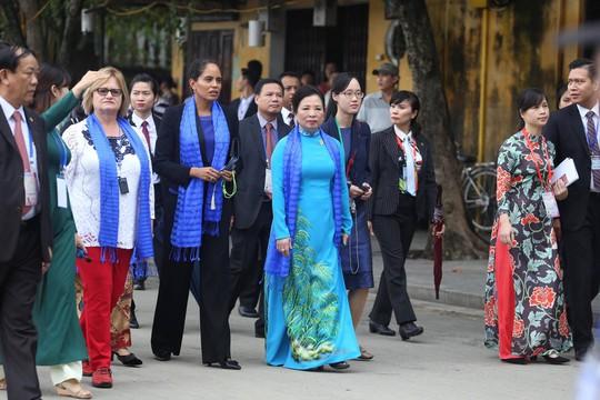 APEC 2017: Phu nhân các nhà lãnh đạo thích thú thăm Hội An - Ảnh 1.