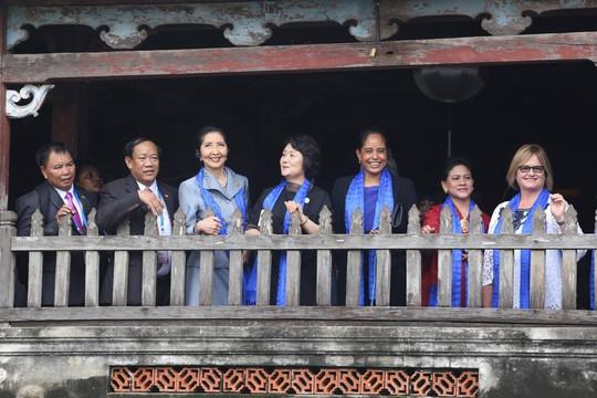 APEC 2017: Phu nhân các nhà lãnh đạo thích thú thăm Hội An - Ảnh 10.