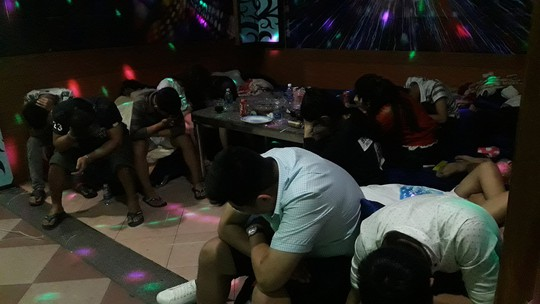 Đột kích quán karaoke, phát hiện hơn 50 người phê ma túy - Ảnh 1.