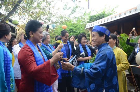 APEC 2017: Phu nhân các nhà lãnh đạo thích thú thăm Hội An - Ảnh 7.