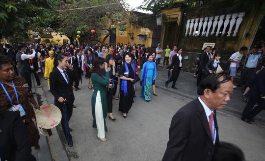 APEC 2017: Phu nhân các nhà lãnh đạo thích thú thăm Hội An - Ảnh 6.