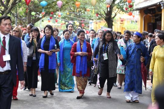 APEC 2017: Phu nhân các nhà lãnh đạo thích thú thăm Hội An - Ảnh 3.
