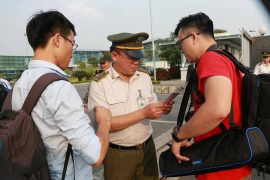 An ninh Việt Nam, Mỹ tất bật trước giờ Không lực Một chở ông Donald Trump hạ cánh - Ảnh 15.