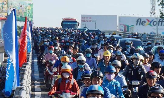 Nhánh cầu cửa ngõ Tân Sơn Nhất vừa thông, xe vẫn kẹt - Ảnh 3.