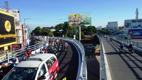 Nhánh cầu cửa ngõ Tân Sơn Nhất vừa thông, xe vẫn kẹt - Ảnh 2.