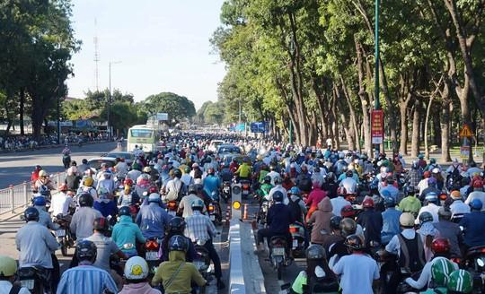 Nhánh cầu cửa ngõ Tân Sơn Nhất vừa thông, xe vẫn kẹt - Ảnh 6.