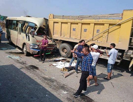 Tông đuôi xe tải, tài xế xe khách tử vong sau vô lăng - Ảnh 2.