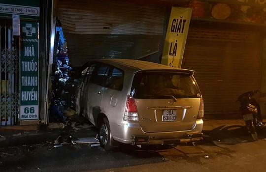 Lạ kỳ xế hộp cố tình tông liên tiếp vào cửa hàng trên phố - Ảnh 1.