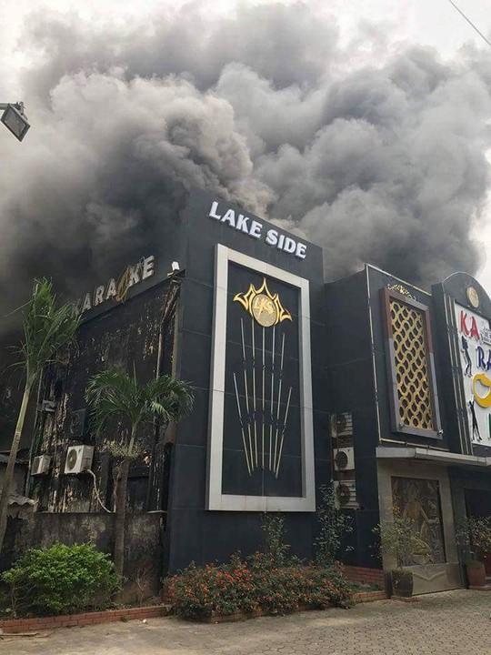 Cháy lớn quán karaoke, chạy thoát thân trong khói đen mù mịt - Ảnh 4.