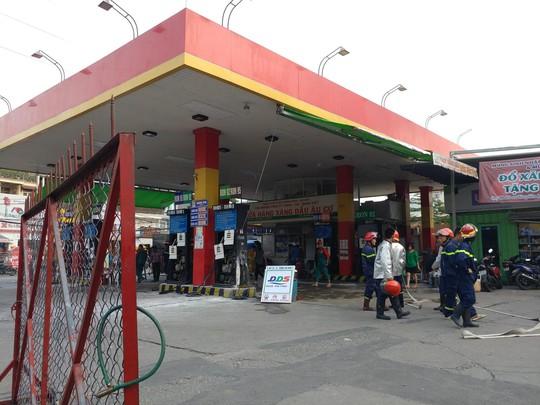 Trạm xăng phát hỏa, hàng chục người chạy thục mạng - Ảnh 2.