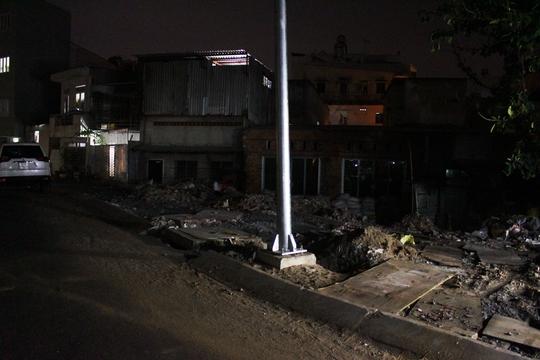 Một số ngôi nhà lụp xụp khác thì chìm sâu xuống dưới so với mặt đường khiến chủ nhà ở không xong, bán cũng chẳng ai mua.