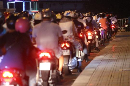 Tại khu vực ngã 3 trên cầu, tình trạng giao thông lộn xộn nhiều nhất, lực lượng chức năng luôn túc trực để phân làn,phân luồng giao thông.