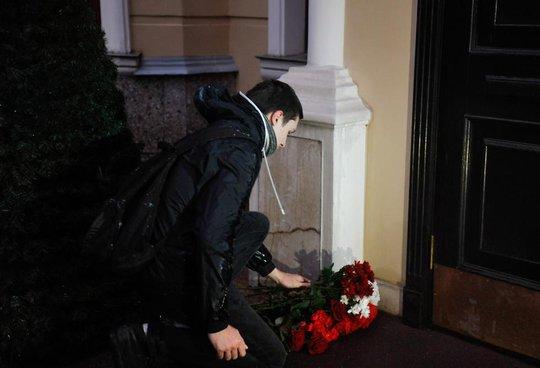 Người dân đặt hoa tưởng niệm nạn nhân vụ nổ. Ảnh: Moskva Agency