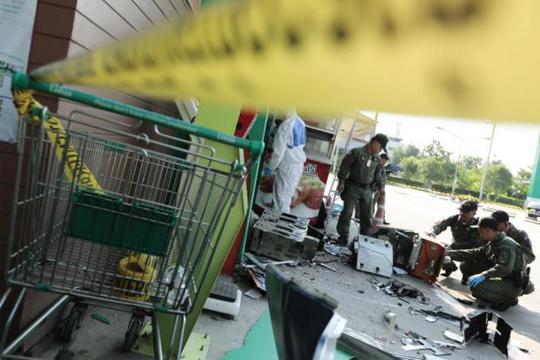 Cho nổ tung máy ATM để cướp tiền - Ảnh 2.