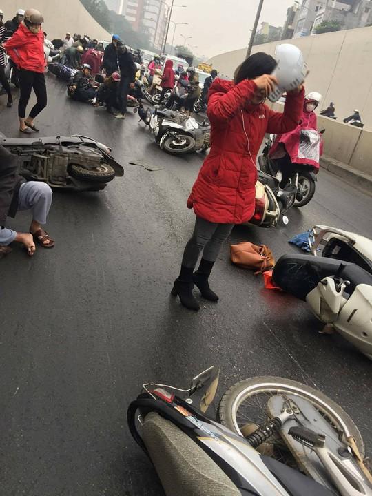 Xe máy ngã la liệt ở hầm chui Kim Liên vì mạch nước rỉ đường - Ảnh 4.