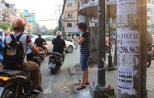 Dọc đường Hoàng Diệu (quận 4), ngay khi những tờ rơi cũ được xé đi, những tờ rơi mới đã mọc lên, người dân địa phương chị biết lắc đầu ngao ngán.