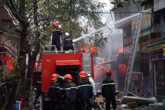 Hà Nội: Cháy lớn nhà 4 tầng, lan sang hai bên - Ảnh 2.