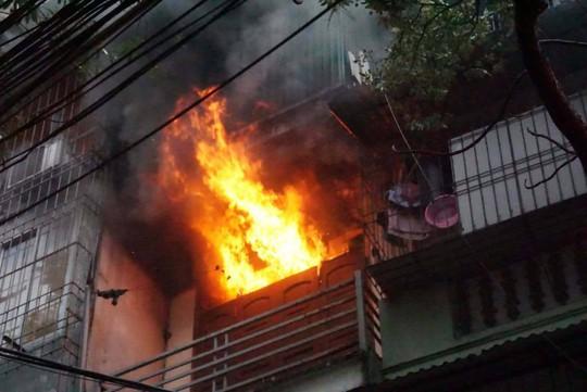 Hà Nội: Cháy lớn nhà 4 tầng, lan sang hai bên - Ảnh 3.