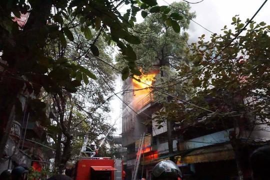 Hà Nội: Cháy lớn nhà 4 tầng, lan sang hai bên - Ảnh 4.
