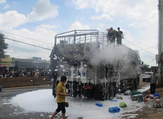 Xe tải chở hàng hội chợ bốc cháy dữ dội - Ảnh 1.