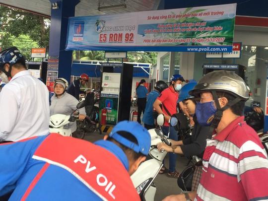 Hàng trăm cây xăng ở TP HCM đã ngừng bán xăng A92 - Ảnh 1.