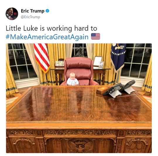 Cháu nội Tổng thống Trump vất vả trong phòng Bầu dục - Ảnh 1.