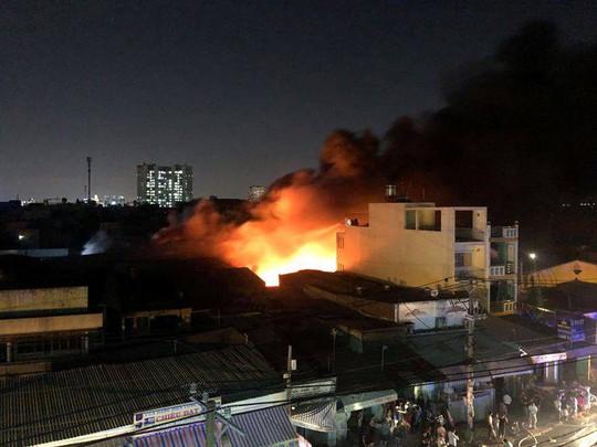 Cơ sở nệm mút cháy dữ dội trong đêm - Ảnh 1.