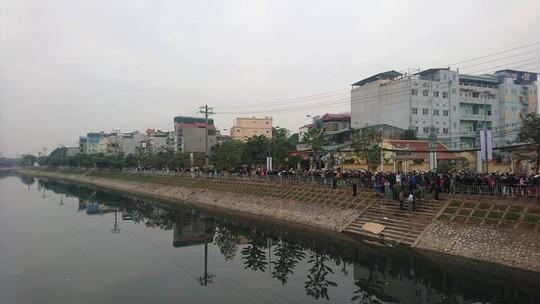 Phát hiện thi thể mặc áo vàng nổi trên sông Tô Lịch - Ảnh 1.