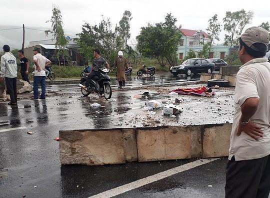 Mưa lớn, xe trên Quốc lộ 1 qua Khánh Hòa liên tục gặp tai nạn - Ảnh 1.