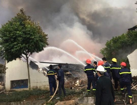 Cháy lớn tại công ty bánh kẹo, 3 người mắc kẹt - Ảnh 2.