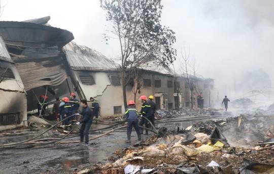 Cháy lớn tại công ty bánh kẹo, 3 người mắc kẹt - Ảnh 3.