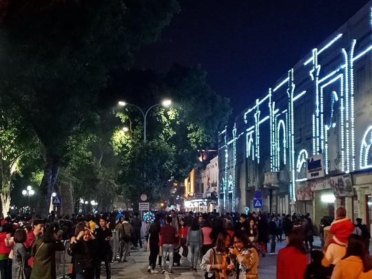 Hà Nội: Mọi đường đến Nhà thờ Lớn tắc nghẽn đêm Noel - Ảnh 20.