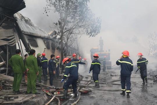 Cháy lớn tại công ty bánh kẹo, 3 người mắc kẹt - Ảnh 4.