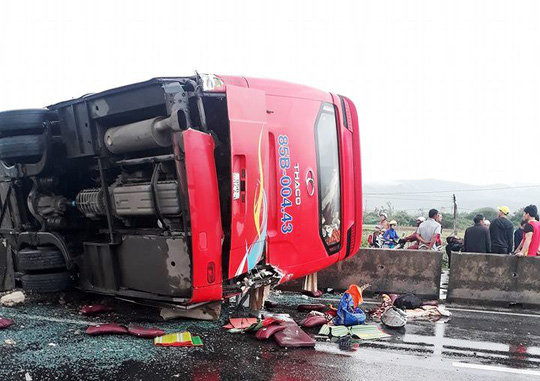 Mưa lớn, xe trên Quốc lộ 1 qua Khánh Hòa liên tục gặp tai nạn - Ảnh 2.