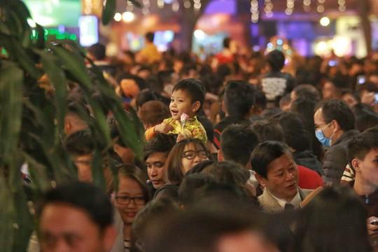 Hà Nội: Mọi đường đến Nhà thờ Lớn tắc nghẽn đêm Noel - Ảnh 23.