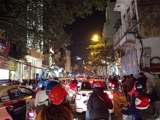 Hà Nội: Mọi đường đến Nhà thờ Lớn tắc nghẽn đêm Noel - Ảnh 6.