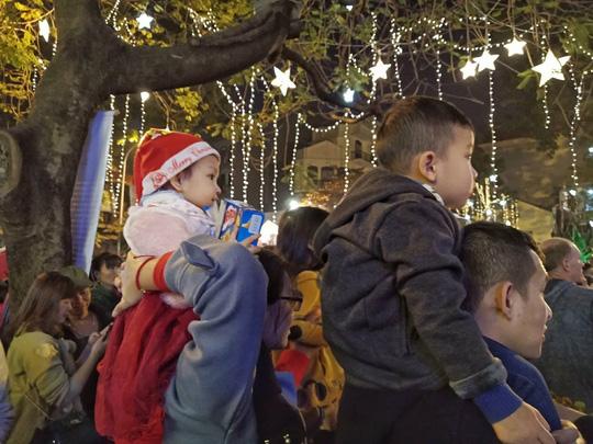 Hà Nội: Mọi đường đến Nhà thờ Lớn tắc nghẽn đêm Noel - Ảnh 17.