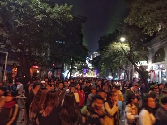 Hà Nội: Mọi đường đến Nhà thờ Lớn tắc nghẽn đêm Noel - Ảnh 25.