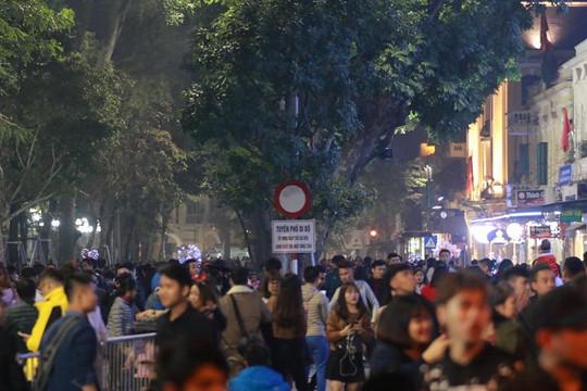 Hà Nội: Mọi đường đến Nhà thờ Lớn tắc nghẽn đêm Noel - Ảnh 26.