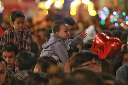 Hà Nội: Mọi đường đến Nhà thờ Lớn tắc nghẽn đêm Noel - Ảnh 27.
