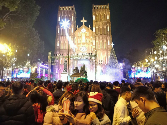 Hà Nội: Mọi đường đến Nhà thờ Lớn tắc nghẽn đêm Noel - Ảnh 15.