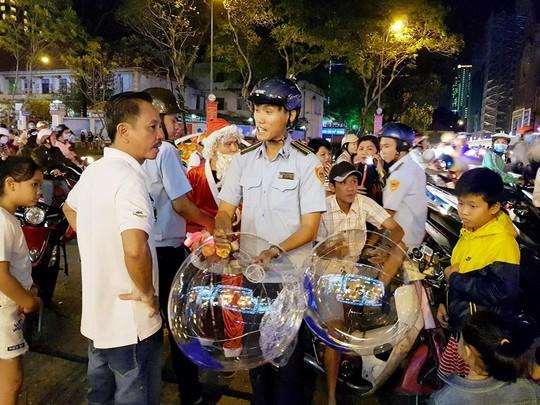 Sài Gòn rực rỡ trong biển người đêm Giáng sinh - Ảnh 3.