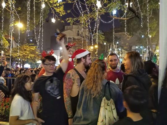 Hà Nội: Mọi đường đến Nhà thờ Lớn tắc nghẽn đêm Noel - Ảnh 18.