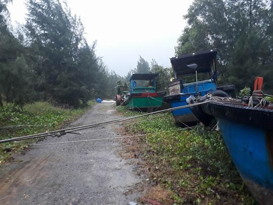 CLIP: Đã có 11 tàu cá bị vỡ ở Côn Đảo vì bão số 16 - Ảnh 3.