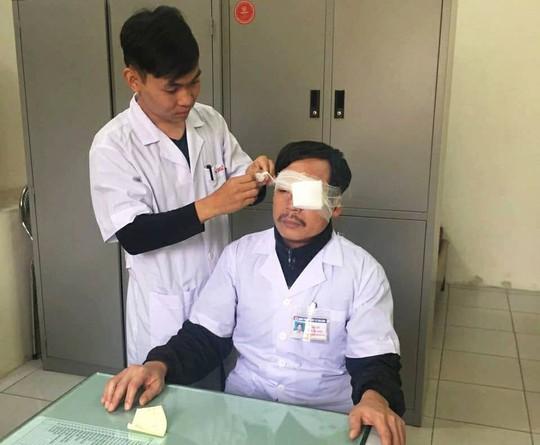 Đang cấp cứu, bác sĩ bị đánh gãy xương sống mũi - Ảnh 1.