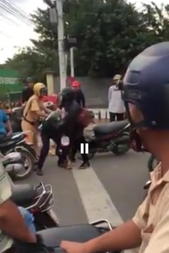 Thanh niên xăm trổ rút dao tấn công CSGT Nha Trang - Ảnh 2.